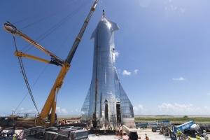 再使用ロケットの聖杯にしては、いささか張りぼて感が否めないスターシップMK1が組み立て完了